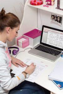 schuelerin-lernt-online