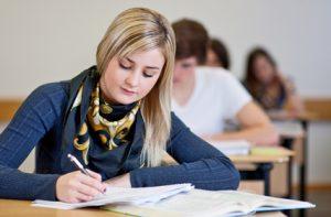 Abiturprüfung - Schülerin schreibt Prüfung