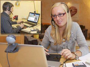 Schülerin und Lehrer beim Online Lernen