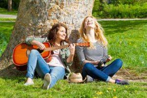 Freundinnen spielen Gitarre