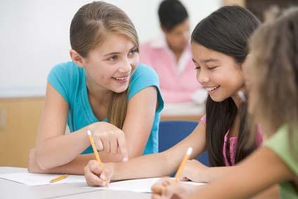 Schülergruppe beim Lernen für weiterführende Schulen