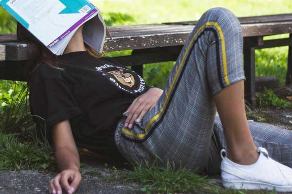 Schülerin erschöpft vom lernen bei der Abiturvorbereitung