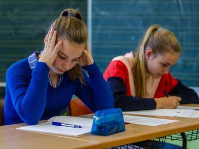 Hilfe bei Schulstress - Schülerin lernt