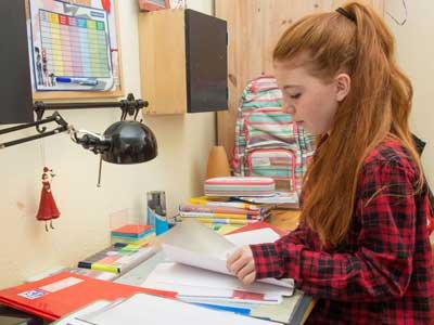 Schülerin lernt zum Schulbeginn in Corona-Zeit