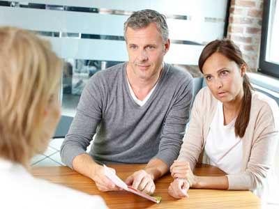 Eltern und Lehrerin beim Lernentwicklungsgespräch