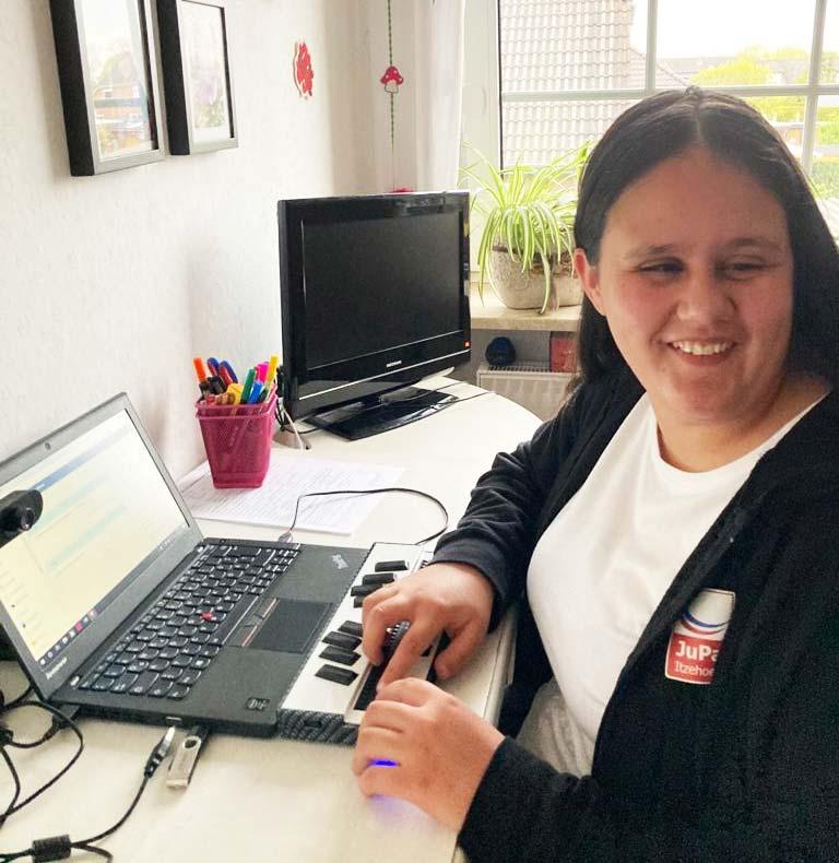 Julina mit ihrem Laptop bei Online-Nachhilfe